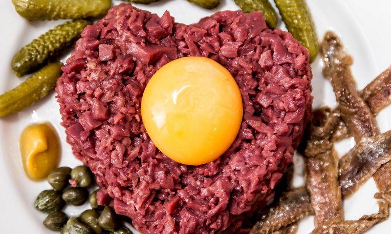 Patiekalas tikriems širdžių ėdikams: kapota žalia jaučio širdis, totoriškas bifšteksas iš širdies. Juditos Grigelytės (VŽ) nuotr.