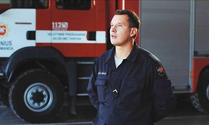 Ugniagesiu gelbėtoju tapęs aktorius Karolis Sakalauskas kasdien skuba į pagalbą.