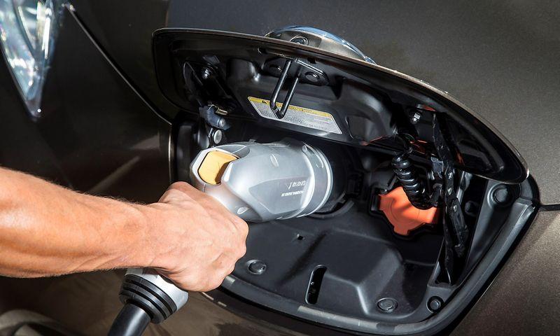 Elektromobiliais domisi ne vienas automobilių gamintojas, tačiau sparčią plėtrą riboja daugelis trukdžių. Gamintojo nuotr.