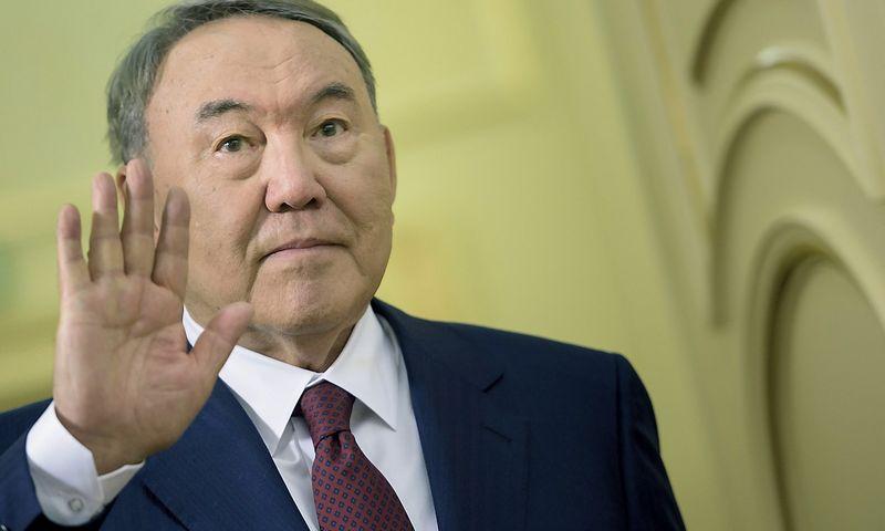"""Kazachstano prezidentas Nursultanas Nazarbajevas: """"Negalime leisti, kad smuktų pasitikėjimas tenge"""". Brendano Smialowskio (""""Reuters"""" / """"Scanpix"""") nuotr."""