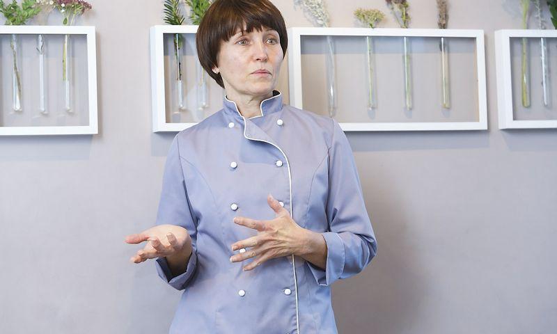 """Olga Dzindzeleta, sostinės restorano """"Botanique"""" savininkė, tikisi, kad atžalos atėjus laikui perims jos verslą. Vladimiro Ivanovo nuotr."""