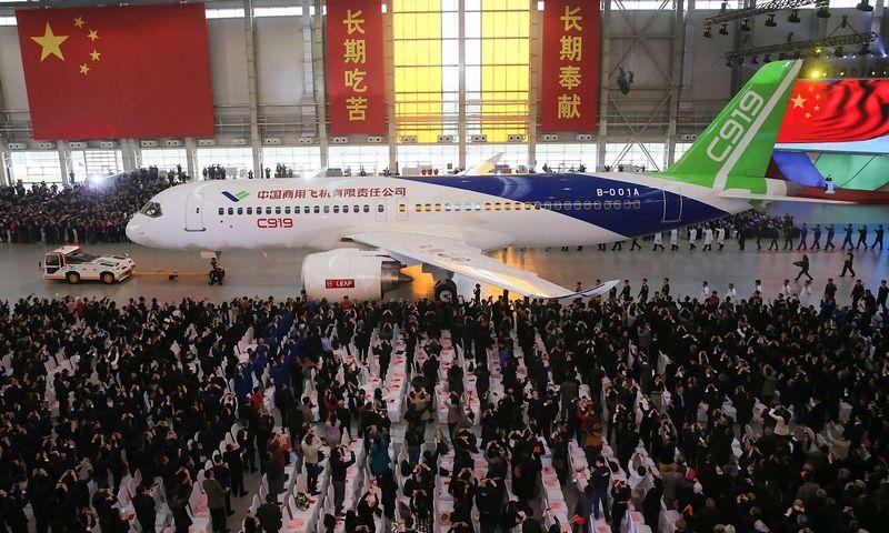 """Pirmojo kiniško komercinio orlaivio C919 pristatymą stebėjo 4.000 svečių. Ding Ting (""""Xinhua"""" / """"Scanpix"""") nuotr."""