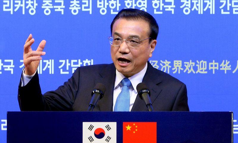"""Kinijos premjeras Li Keqiangas viešėdamas Seule užsiminė, kad šalies ekonomika turėtų augti """"šiek tiek sparčiau nei 6,5%"""". """"Reuters"""" / """"Scanpix"""" nuotr."""