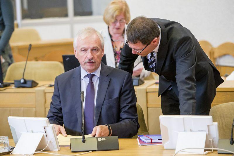 Lietuvos Vyriausybės posėdis. Evaldas Gustas (kairėje), Lietuvos Respublikos ūkio ministras. Vladimiro Ivanovo (VŽ) nuotr.
