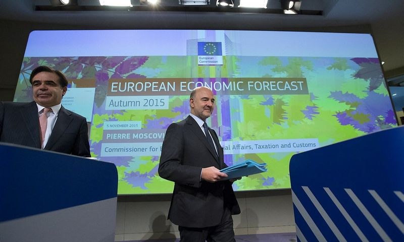 """Pierre'as Moscovici, už ekonomiką ir finansus atsakingas ES komisaras, teigia, kad palankūs euro zonai vėjai netrukus nurims, ir šalys turės ieškoti kitų augimo šaltinių.  Yveso Hermano (""""Reuters"""" / """"Scanpix"""") nuotr."""