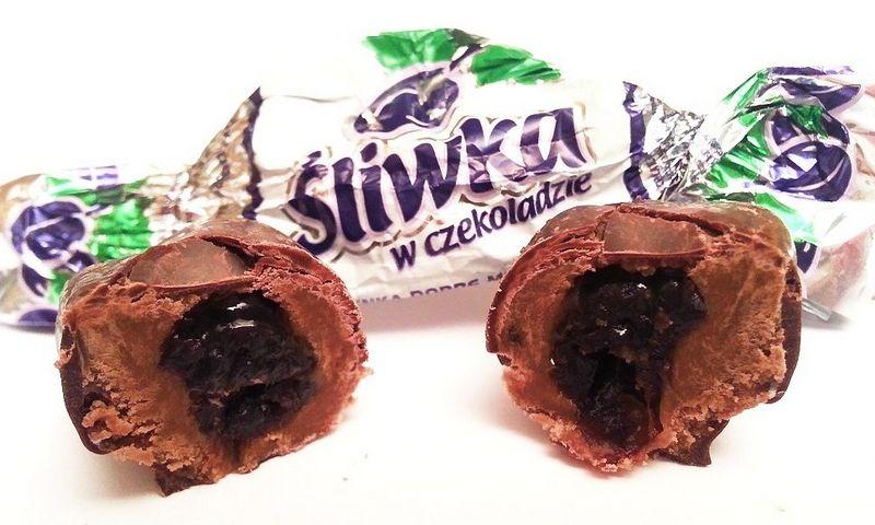 """Pirmadienį į darbą Verkių dizaino ir interjero muziejuje Vanda atsinešė vieną Suvalkų trofėjų, saldainių dėžutę """"Śliwka w czekoladzie"""". Gamintojo nuotr."""