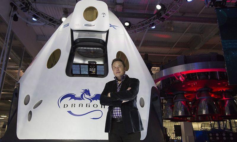 """Kol """"SpaceX"""" iš pajuokų objekto virto svariu aeronautikos industrijos žaidėju, Elonas Muskas atrodė kaip žmogus, stovintis ant bedugnės krašto. Mario Anzuoni (Reuters/Scanpix) nuotr."""