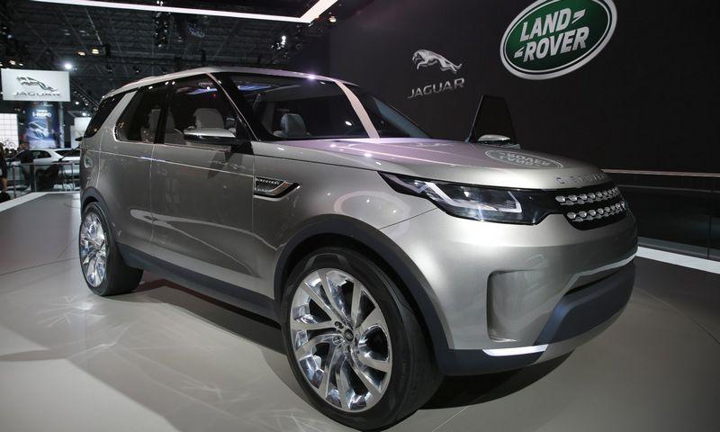 """""""Land Rover"""" sako, kad naujasis """"Discovery"""" smarkiai nuo """"Discovery Vision"""" koncepcijos nesiskirs. Mike'o Sugaro (""""Reuters"""" / """"Scanpix"""") nuotr."""