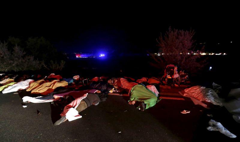 """Pakeliui į Austriją – prie plento netoli Budapešto. """"Reuters"""" nuotr."""