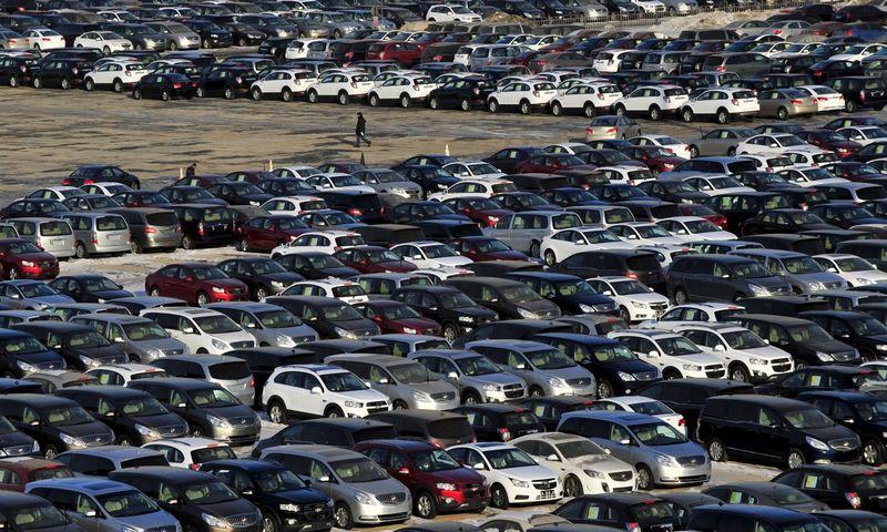 """Automobilių pardavimai Kinijoje spalį, palyginti su pernai spaliu, išaugo 11,8%.  Sheng Li (""""Reuters"""" / """"Scanpix"""") nuotr."""