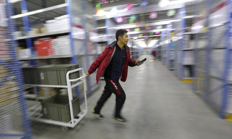 """Prekių paskirstymo centras Kinijoje Vienišių dienos metu. Jasono Lee (""""Reuters"""" / """"Scanpix"""") nuotr."""