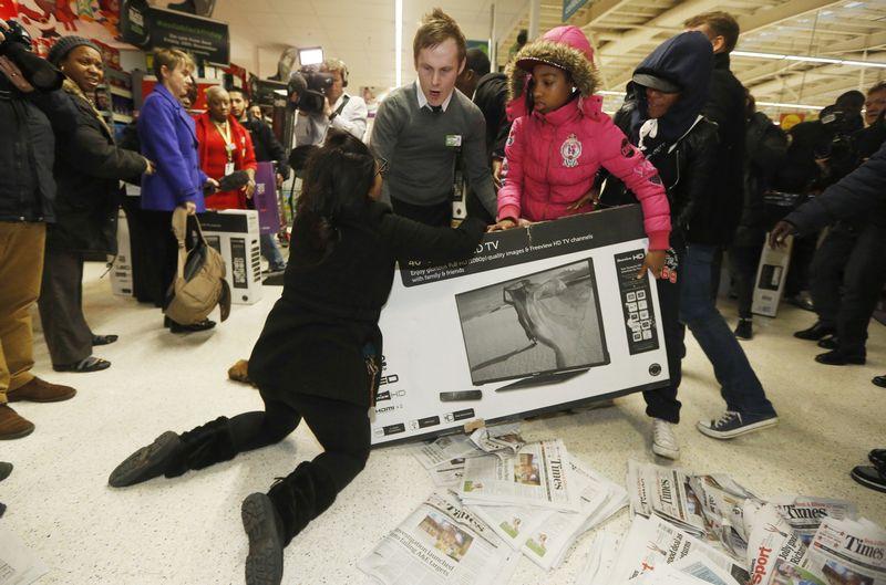 """Pirkėjų kova """"Asda"""" parduotuvėje per 2014 m. Juodąjį penktadienį. Luke MacGregor (Reuters) nuotr."""