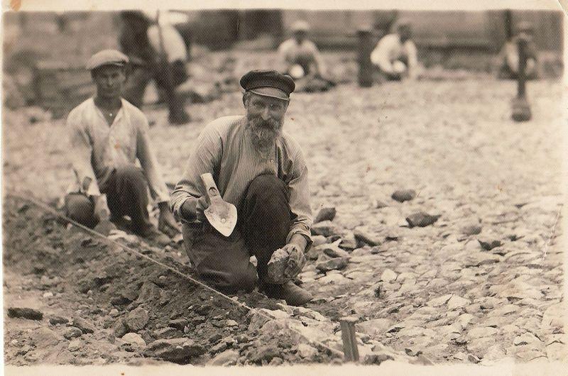 """Lenkišką """"bruką"""" ilgainiui spaudos puslapiuose pakeitė lietuviškasis """"grindinys"""". Grindinių grindėjas Averjanas Ivanovas su sūnumi Artemijumi. 1930 m. Panevėžio kraštotyros muziejus"""