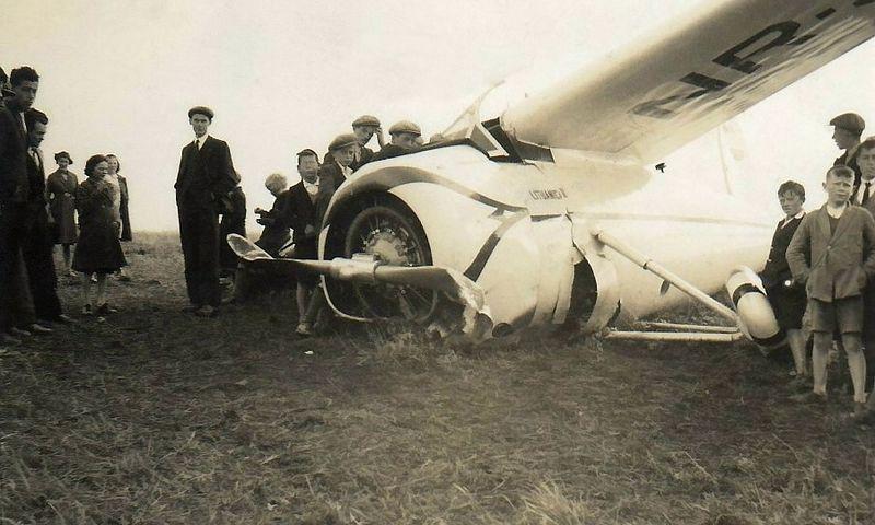 """Smalsuoliai apžiūri """"Lituanicą II""""po nesėkmingo priverstinio nusileidimo ganykloje ties Balinrobo miesteliu Airijoje 1935 m. rugsėjo 22 d. LAM."""