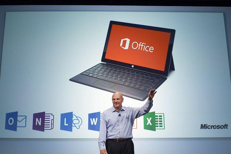 """""""Microsoft Office"""" – bene populiariausias buro įrankių paketas pasaulyje, o """"Microsoft"""" debesų paslaugos verslui (angl. enterprise cloud) šiemet, prognozuojama, įmonei sugeneruos 6,3 mlrd. USD pajamų. Matthew Williamso, (""""Scanpix""""/""""Reuters"""") nuotr."""