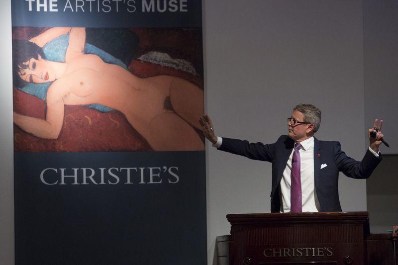 """""""Christie's"""" namų aukcionierius Jussi Pylkkanenas skelbia  A. Modigliani """"Nuogos gulinčios moters"""" pardavimą.  Andrew Kelly (""""Reuters"""" / """"Scanpix"""") nuotr."""