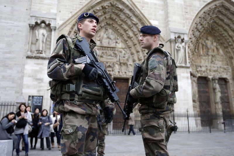 """Po Paryžiaus išpuolių: piliečiai – įbauginti, valdžios atstovai – sutrikę, populistai naudojasi proga veikti. CHARLES'IO PLATIAU (""""REUTERS"""" / """"SCAPIX"""") NUOTR."""