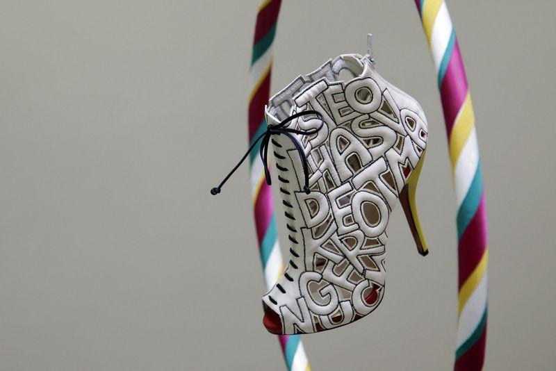 """Avalynės dizainerio Christiano Louboutino bateliai parodoje Londono dizaino muziejuje. Stefano Wermutho (""""Reuters""""/""""Scanpix"""") nuotr."""