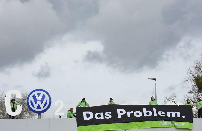 """""""Volkswagen"""" ir kai kurie kiti Europos gamintojai, spalį pardavę mažiau automobilių, pristabdė visos rinkos augimą. Fabiano Bimmerio (""""Reuters"""" / """"Scanpix"""") nuotr."""