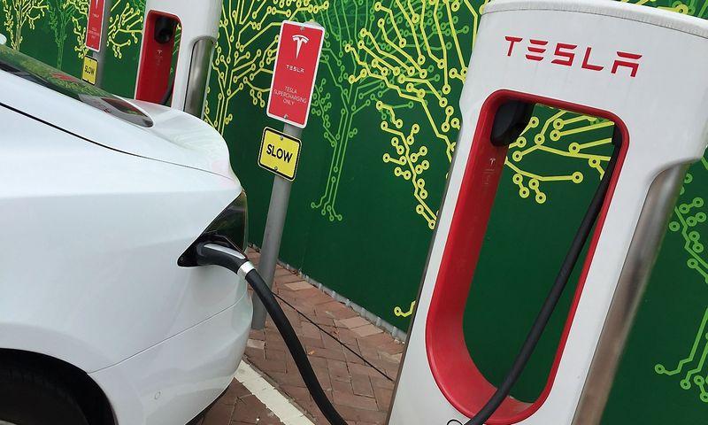 """""""Tesla Motors"""" automobilių įkrovimo stotelė. Jimo Chano (""""Reuters"""" / """"Scanpix"""") nuotr."""