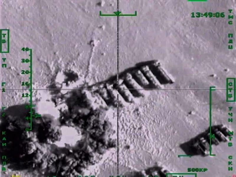"""Rusijos karinės oro pajėgos bombarduoja IS naftos tankerių koloną.  Rusijos gynybos ministerijos / """"Scanpix"""" nuotr."""