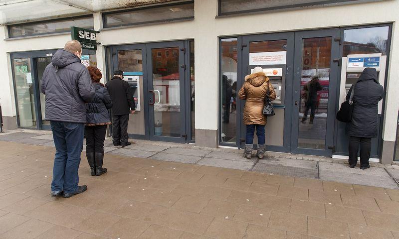 Žmonės prie bankomato. Vladimiro Ivanovo (VŽ) nuotr.