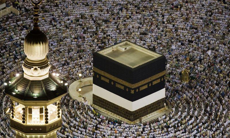 """Kasmet milijonai musulmonų piligrimų atvyksta į Meką aplankyti Kaabos.Caren Firouz  (""""Reuters""""/""""Scanpix"""") nuotr."""