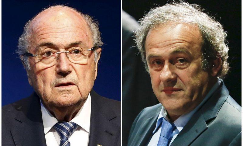 """Korupcija įtariami Seppas Blateris (kairėje) ir Michelis Platini. Rubeno Spricho  (""""Scanpix"""" /""""Reuters"""") nuotr."""