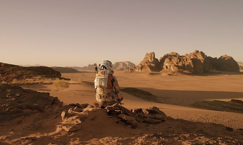 """Būsiu atviras: mano gyvenimo svajonė–taip pasėdėti kitoje planetoje. Tik vėliau norėtųsi saugiai grįžti į Žemę.HYPERLINK """"http://facebook.com/martianmovie"""" \t """"_blank""""facebook.com/martianmovie nuotr."""