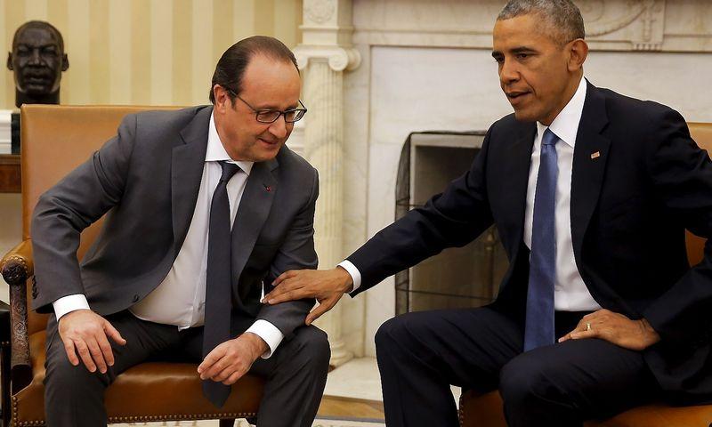 """Barackas Obama, JAV prezidentas, susitiko su Pranzūcijos prezidentu Francoisu Hollande'u aptarti lėktuvo numušimo aplinkybes. Carloso Barria (""""Reuters"""" / """"Scanpix"""") nuotr."""