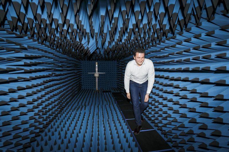 """Jonas Sabaliauskas, bevielio ryšio sistemų UAB """"Wilibox"""" direktorius, antenų bandymo laboratorijoje. Vladimiro Ivanovo (VŽ) nuotr."""