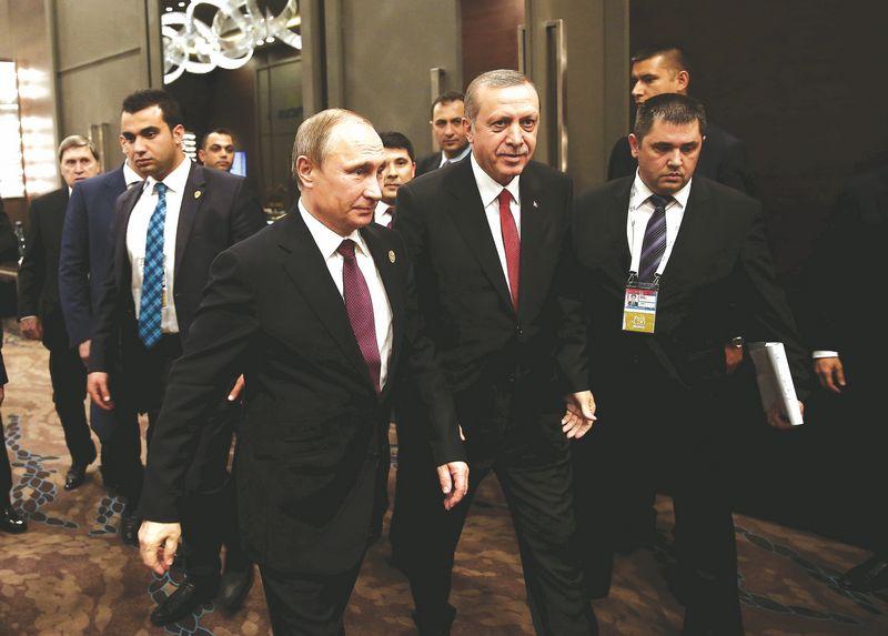 """Vladimiras Putinas, Rusijos prezidentas, Recepą Tayyipą Erdoganą (viduryje), Turkijos vadovą, įspėjo, kad """"Su-24"""" numušimas turės rimtų pasekmių dvišaliams santykiams. """"REUTERS"""" / """"SCANPIX"""" NUOTR."""