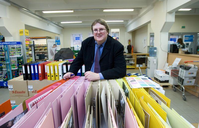 """Artūras Tuminas, UAB """"Biuro pasaulis"""" vadovas, sako, kad prieš kokius 15 metų įmonė daugiausia parduodavo fakso popieriaus, o dabar – spausdinimo popierių ir užrašų lapelių.  Juditos Grigelytės (VŽ) nuotr."""