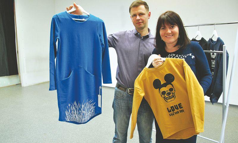 """Giedrė ir Tadas Kuzminskai, MB """"Mano spinta"""" steigėjai sako, kad gaminių asortimentą sudaro apie 60% drabužių skirtų vaikams ir apie 40% - suaugusiesiems. Indrės Sesartės (VŽ) nuotr."""