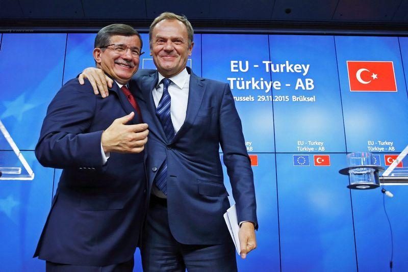 """Iš kairės: Ahmetas Davutoglu, Turkijos premjeras, ir Donaldas Tuskas, Europos Tarybos pirmininkas. Yveso Hermano (""""Reuters"""" / """"Scanpix"""") nuotr."""