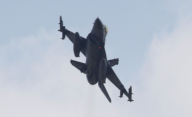 """NATO šalies lėktuvas pirmąkart istorijoje numušė Rusijos lėktuvą. Murado Sezerio (""""Reuters"""" / """"Scanpix"""") nuotr."""