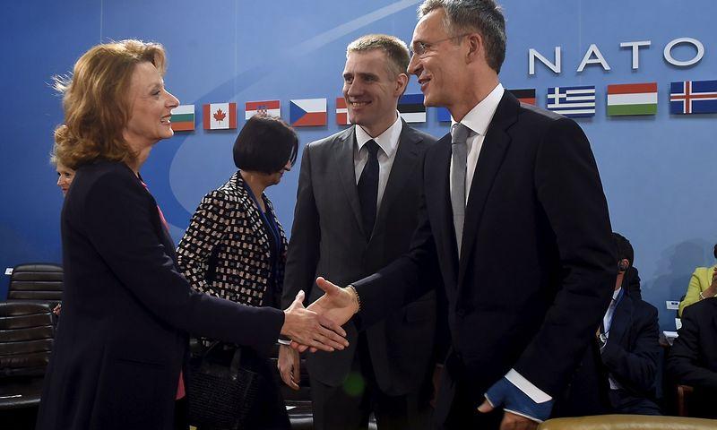 """Juodkalnijos gynybos ministrė Milica Pejanovič, užsienio reikalų ministras Igoris Lukšičius ir NATO generalinis sekretorius Jensas Stoltenbergas susitikime Briuselyje trečiadienį. Johno Thyso (""""Reuters"""" / """"Scanpix"""") nuotr."""
