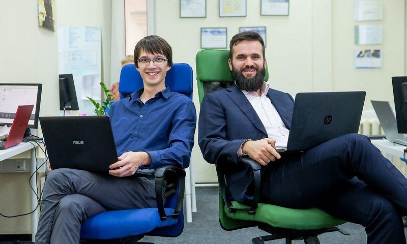 """Petras Ličkus, UAB """"Admoneo"""" direktorius (dešinėje), ir Stasys Peldžius, įmonės diegimo vadovas, teigia, kad jie pirmiausia yra programuotojai, tik paskui – buhalteriai."""" Juditos Grigelytės (VŽ) nuotr."""