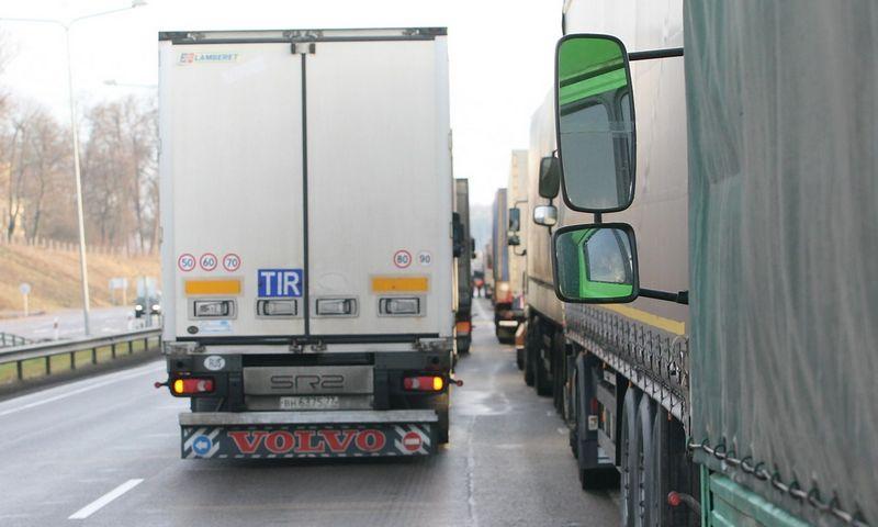 Per pastaruosius du mėnesius Rusija neįsileido maždaug 400 sunkvežimių su žemės ūkio produktais, nes jų maršrutai sukėlė abejonių – produktai neva gabenti iš Kinijos į Rusiją, per Lietuvą ir Baltarusiją. Vladimiro Ivanovo (VŽ) nuotr.