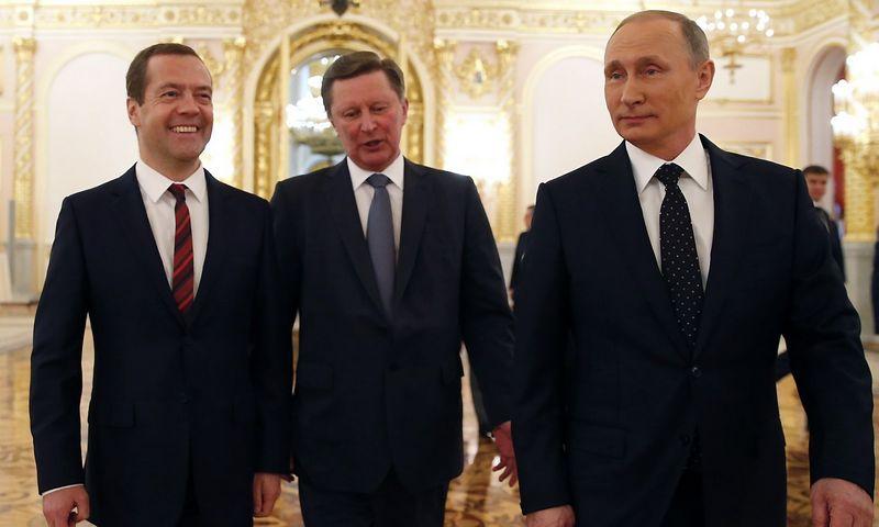 """Vladimiras Putinas pažadėjo paramą problemiškiems ūkio sektoriams. Iš kairės – Rusijos premjeras Dmitrijus Medvedevas ir prezidento administracijos vadovas Sergejus Ivanovas. Dmitrijaus Aštakovo (""""Sputnik"""" / """"Scanpix"""") nuotr."""