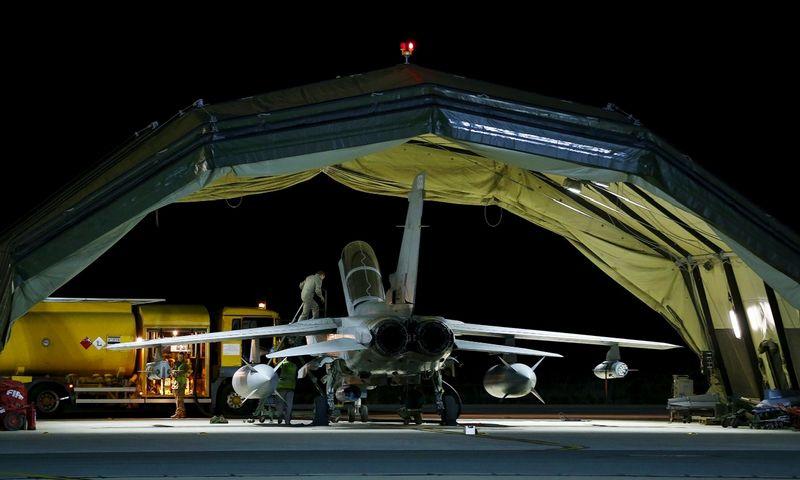 """Karališkųjų oro pajėgų """"Tornado"""" lėktuvas Koro bazėje Kirpe po pirmosios misijos Sirijoje. Darreno Stapleso (""""Reuters"""" / """"Scanpix"""") nuotr."""