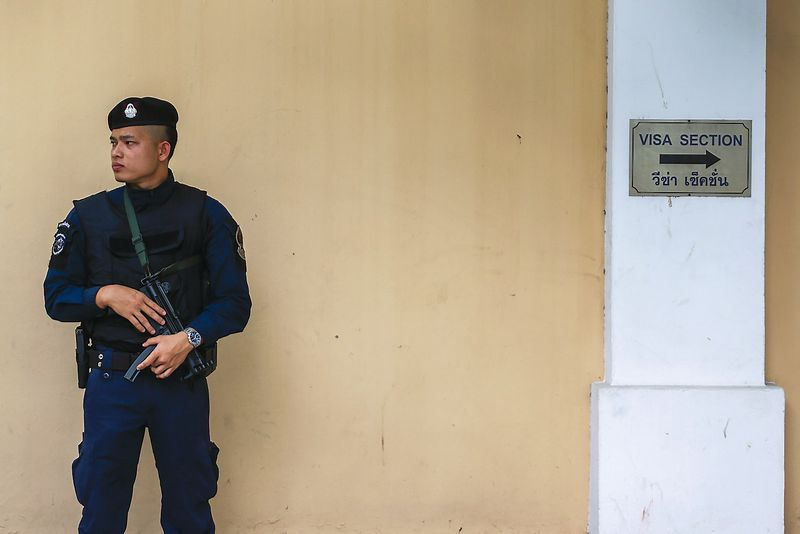 """Tailando policija stiprina ambasadų ir turistinių objektų apsaugą.  Athito Perawongmetha (""""Reuters"""" / """"Scanpix"""") nuotr."""
