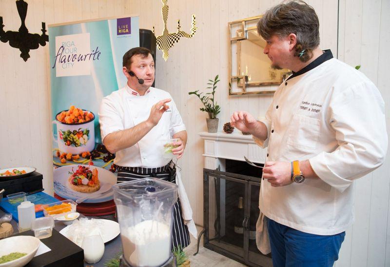 Virtuvės meistrai Maris Jansonas (kairėje) ir Egidijus Lapinskas dalijasi patirtimi. Juditos Grigelytės nuotr.