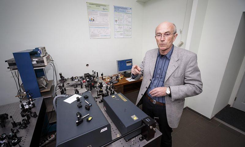 Profesorius Arūnas Krotkus sako, kad saulės elementų efektyvumą jų technologija gali padidinti iki 40–45%. Juditos grigelytės Vladimiro ivanovo (VŽ) nuotr.