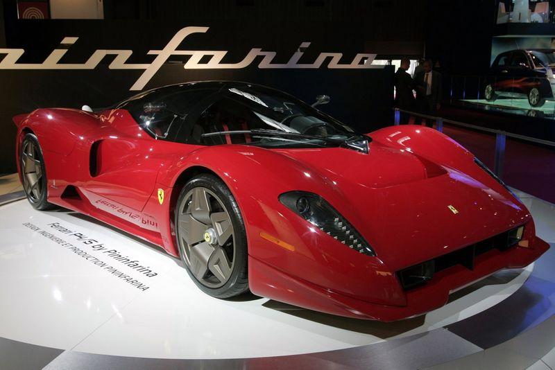 """""""Ferrari P4/5"""", kurio dizainą kūrė italai """"Pininfarina"""". Benoito Tessiero (""""Reuters"""" / """"Scanpix"""") nuotr."""