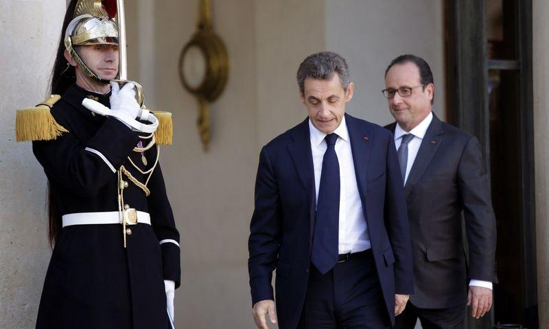 """Dešiniųjų lyderis Nicolas Sarkozy (viduryje) - formaliai rinkimų laimėtojas, tačiau pergalei jam prireikė socialistų paramos. Dešinėje – Prancūzijos prezidentas Francois Hollande'as. Philippe Wojazerio (""""Reuters"""" / """"Scanpix"""") nuotr."""