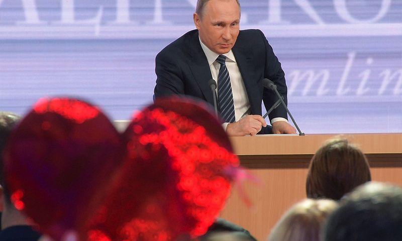 """Rusijos prezidentas Vladimiras Putinas ketvirtadienį tiesioginiame eteryje atsako į žurnalistų klausimus. Grigorijaus Sisojevo (""""Sputnik""""/ """"Scanpix"""") nuotr."""