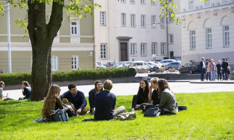 Vilnius. Studentai S.Daukanto aikštėje. Vladimiro Ivanovo (VŽ) nuotr.