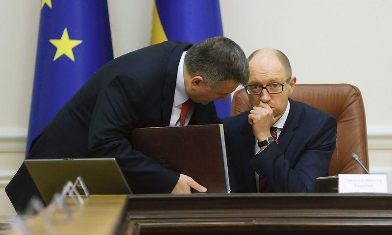 """Arsenas Avakovas, Ukrainos vidaus reikalų ministas , ir Arsenijus Jaceniukas, ministras pirmininkas. Valentyno Ogirenko (""""Reuters"""" / """"Scanpix"""") nuotr."""