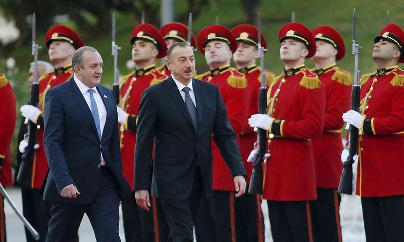 """Įtampa tarp Rusijos ir Turkijos - galvos skausmas ir Pietų Kaukazo šalims. Gruzijos prezidentas Giorgis Margelašvilis (kairėje) ir Azerbaidžano prezidentas Ilhamas Alijevas susitikimo Tbilisyje metu. Davido Mdzinarišvilio (""""Reuters"""" / """"Scanpix"""") nuotr."""